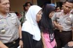 Kapolda Sumatra Utara (Sumut) Irjen Pol Eko Hadi Sutedjo (kanan) dengan didampingi Kapolresta Medan Kombes Pol Nico Afinta (kiri) berbincang-bincang dengan dua pembantu rumah tangga (PRT) korban penyiksaan majikan, ketika dilakukan gelar kasus itu di Mapolresta Medan, Sumut, Jumat (28/11/2014). Polisi menangkap tujuh orang pelaku penyiksaan terhadap empat orang PRT tersebut, satu di antara mereka tewas. Para PRT mengaku sering dipukuli dan diberi makanan bebek. (JIBI/Solopos/Antara/Irsan Mulyadi)