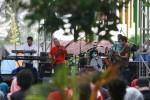 Kelompok musisi jaz Danny Eriawan Project tampil menghibur penonton Ngayogjazz 2014 yang digelar di Desa Wisata Brayut, Pendowoharjo, Sleman, D.I. Yogyakarta, Sabtu (22/11/2014). Meski pergelaran tahunan musik jaz itu sempat diguyur hujan, minat para pencinta musik jaz untuk datang dan menikmati sajian musik jaz dalam event itu tak tampak surut. (Desi Suryanto/JIBI/Harian Jogja)