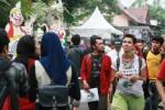 Para penonton Ngayogjazz 2014 yang digelar di Desa Wisata Brayut, Pendowoharjo, Sleman, D.I. Yogyakarta berpindah untuk memilih artis yang mereka sukai, Sabtu (22/11/2014). Pada momentum pergelaran musik jaz serupa yang digelar di desa itu pada tahun 2012 lalu, tak kurang dari 15.000 wisatawan memadati desa wisata itu. (Desi Suryanto/JIBI/Harian Jogja)