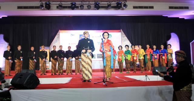 Sepuluh pasang grand finalis Mas dan Mbak Jateng menjawap pertanyaan yang diajukan dewan juri dalam Malam Grand Final Mas dan Mbak Jateng di Wisma Boga, Solo Baru, Grogol, Sukoharjo, Sabtu (22/11/2014). Pemilihan duta wisata tersebut diikuti 35 pasang duta wisata dari seluruh kota dan kabupaten di Jawa Tengah. (Sunaryo Haryo Bayu/JIBI/Solopos)