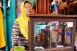 Supiah, 70, warga Klaten berdagang emas di Jl. dr. Radjiman, Coyudan, Solo, Jawa Tengah, Senin (24/11/2014). Ia mengaku sudah hampir sebulan tidak bertransaksi karena lesunya perdagangan emas belakangan ini. Kelesuan pasar emas di Kota Solo dipicu fluktuasi harga emas dunia yang saat ini tidak menentu. (Sunaryo Haryo Bayu/JIBI/Solopos)