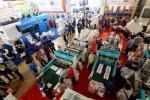 Pengunjung memadati arena pameran Plastics and Rubber Indonesia 2014 di Jakarta International Expo (JI Expo) Kemayoran, Jakarta, Jumat (21/11/2014). Pebisnis mengakui pasokan plastik film dasar saat ini berlimpah, baik di level Asia Tenggara maupun dunia. Kondisi ini menyebabkan harga produk dasar rendah. Ketatnya persaingan diperparah adanya dugaan dumping di negara penghasil, seperti India. (Rachman/JIBI/Bisnis)