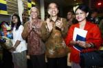 Presiden Joko Widodo (Jokowi) bersama Ibu Negara Iriana, Dubes Republik Indonesia untuk Singapura Andriadi, dan putri Presiden Jokowi, Kahiyang Ayu, menghadiri wisuda kelulusan putra ketiga Presiden Jokowi, Kaesang Pangarep, di Anglo Chinese School (ACS) International di Singapura, Jumat (21/11/2014). Kaesang lulus dari sekolah setingkat SMU itu dan sedang mempersiapkan diri meneruskan pendidikan ke jenjang perguruan tinggi. (JIBI/Solopos/Antara/Joko Sulistyo)