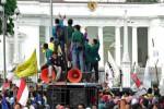 Unjuk rasa mahasiswa untuk memprotes kenaikan harga bahan bakar minyak (BBM), Kamis (20/11/2014), telah digelar hingga depan Istana Merdeka, Kompleks Istana Kepresidenan Jakarta. Aksi itu dilakukan gabungan Badan Eksekutif Mahasiswa. Unjuk rasa tersebut menutup separuh jalan dan mengakibatkan kemacetan di kawasan sekitar. (JIBI/Solopos/Antara/Fanny Octavianus)