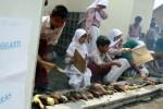 Ratusan siswa SD Muhammadiyah 2 Gurah, Kediri, Jawa Timur, menggelar aksi bakar ketela, singkong dan jagung di halaman sekolah mereka, Kamis (20/11/2014). Kegiatan tersebut sebagai bentuk keprihatinan mereka atas kesengsaraan masyarakat miskin yang semakin terpuruk setelah kenaikan harga bahan bakar minyak (BBM) bersubsidi, serta untuk mengenalkan kepada siswa akan adanya makanan alternatif pengganti beras di tengah naiknya harga sembako akibat kenaikan harga BBM. (JIBI/Solopos/Antara/Rudi Mulya)