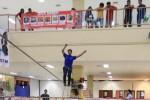 Pengemar olahraga slackline Guntur Dimas Sadewo mendemonstrasikan kepiawaiannya ber-slackline dengan meniti tali sling di atrium Palur Plaza, Jaten, Karanganyar, Jawa Tengah, Kamis (27/11/2014). Aksinya itu tentu saja memukau pengunjung mal. Olahraga pemicu adrenalin asal Amerika Serikat yang biasanya dilakukan di alam bebas tersebut baru kali pertama ini dilakukan di mal Indonesia. (Sunaryo Haryo Bayu/JIBI/Solopos)