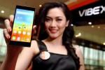 Seorang sales promotion girl (SPG) memperlihatkan Lenovo VIBE X2 seusai peluncuran smartphone terbaru Lenovo itu di Jakarta, Kamis (27/11/29014). Smartphone kelas premium yang tipis dan ringan itu menghadirkan salah satu keunggulan utamanya adalah desain tri-layered pertama di dunia. (Rachman/JIBI/Bisnis)