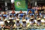 Siswa SD Marsudirini memainkan alat musik yang terbuat dari barang bekas saat pembukaan Solo Green Festival 2014 di Plaza Sriwedari, Solo, Jawa Tengah, Sabtu (15/11/2014). Festival yang dihelat Sabtu-Minggu (15-16/11/2014) tersebut untuk mengenalkan gaya hidup ramah lingkungan kepada masyarakat. (Septian Ade Mahendra/JIBI/Solopos)