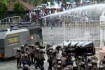 FOTO UPAH MINIMUM KOTA : Begini Cara Polisi Bubarkan Demo Buruh