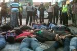 Belasan mahasiswa diamankan seusai menggeruduk Rumah Dinas Kapolda DIY, Kamis (20/11/2014). (JIBI/Harian Jogja/Sunartono)