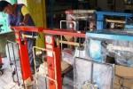 Kiran,36, warga Nusukan sedang memperbaiki timbangan yang rusak di bengkel sekaligus toko timbangan di Jl. Abdul Muis, Widuran, Solo, Jawa Tengah, Jumat (28/11/2014). Biaya perbaikan timbangan yang rusak adalah Rp75.000 untuk timbangan meja dan Rp200.000 untuk timbangan besar, sudah termasuk tera ulang. (Sunaryo Haryo Bayu/JIBI/Solopos)