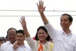 Presiden Joko Widodo (kedua dari kanan) dengan didampingi Ibu Negara Iriani Joko Widodo melambaikan tangan ke arah warga kala berkunjung ke Sulawesi Selatan, Rabu (5/11/2014). (Paulus Tandi Bone/JIBI/Bisnis)