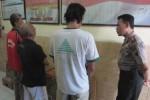 Kapolsek Jaten, AKP Subandi (kanan) saat memintai keterangan para pejudi di Mapolsek Jaten, Kamis (6/11/2014). Tiga pelaku perjudian jenis ding-dong yang ditangkap, yakni Saryanto, 55, warga Sawahan, Jaten; Maryanto, 55, Perumahan Jaten; Suwardi, 58, warga Sawahan, Jaten. (POnco Suseno/JIBI/Solopos)