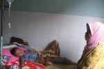 Seorang pelajar kelas IV SDN 3 Pucung, Kecamatan Eromoko, Faqih Nasir (kiri) terbaring di kasur bangsal Rawat Inap Puskesmas Wuryantoro ditunggui neneknya, Kamis (6/11/2014). (Trianto HS/JIBI/Solopos)