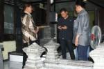 Ketua DPRD Sragen Bambang Samekto (tengah) bersama anggota Komisi IV DPRD Sragen Fathurrohman (kanan) berbincang dengan juru kunci makam Pangeran Samudro (kiri) saat sidak, Rabu (26/11/2014) sore.(Kurniawan/JIBI/Solopos)