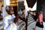 Kuttan saat menjaga pintu hotel di Sri Lanka (BBC)