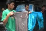 Mahasiswa menunjukkan pakaian yang dikenakan rekan-rekan mereka di Rumah Sakit PKU Muhammadiyah, Sukoharjo, Sabtu (22/11/2014). (Iskandar/JIBI/Solopos)