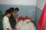 Sejumlah mahasiswa membezuk Muhammad Salma Abdul Aziz, di Rumah Sakit PKU Muhammadiyah, Sukoharjo, Sabtu (22/11/2014). (Iskandar/JIBI/Solopos)