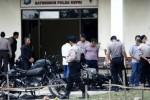 Tim investigasi melakukan olah tempat kejadian perkara penyerangan di Mako Brimobda Kepulauan Riau, Batam, Kamis (20/11/2014). Insiden penyerangan oknum anggota TNI AD dari Yonif 134/TS ke Mako Brimobda Kepri pada Rabu (19/11/2014) malam, menyebabkan sejumlah sepeda motor terbakar, perusakan gedung dan mengakibatkan satu orang anggota TNI bernama Praka JK Marpaung tewas terkena tembakan. (JIBI/Solopos/Antara/Joko Sulistyo)
