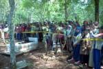 Ratusan warga menyaksikan proses autopsi jenazah nenek Ngatiyem, 70, korban pembunuhan oleh Riswanto, 24, yang tidak lain adalah cucunya sendiri, Sabtu (15/11/2014). (Irawan Sapto Adi/JIBI/Solopos)