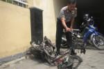 Kapolsek Grogol, Sukoharjo, AKP Ipin Sunu memeriksa sepeda motor pelaku di Mapolsek Grogol, Kamis (20/11/2014). (iskandar/JIBI/Solopos)