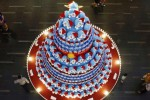 Orang-orang mengambil foto pohon Natal yang terbuat dari tokoh manga Jepang, Doraemon, di sebuah pusat perbelanjaan di pusat bisnis di Singapura, Senin (24/11/2014). Menjelang datangnya bulan Desember suasana natal mulai menyelimuti sejumlah kota besar dunia. (JIBI/Solopos/Reuters/Edgar Su)