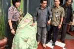 Pengacara Rina, M. Taufik (tiga dari kanan) mendampingi Rina (ditutupi kain selimut) saat berada di Lembaga Pemasyarakat (LP) Kelas II A, Wanita, Bulu, Kota Semarang, Kamis (13/11/2014). (Insetyonoto/JIBI/Solopos)