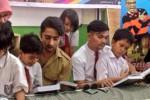 Shaheer Sheikh memberikan buku ke siswa SD (Twitter)
