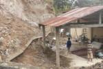 Beberapa Warga Keprabon, Karangpandan, sedang bergotong royong membersihkan longsoran tanah yang hampir menimpa rumah warga, Minggu (16/11/2014). Kejadian tersebut terjadi karena tembok penyangga talut tak mampu menahan tanah dan air hujan. (Bayu Jatmiko/JIBI/Solopos)