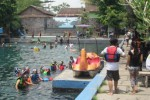 Sejumlah warga tampak sedang menikmati snorkeling dan diving di Umbul Ponggok, Sabtu (15/11/2014). (Chrisna Canis Cara/JIBI/Solopos)