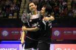 Pasangan ganda putra Hendra/Ahsan berangkulan seusai menjadi juara di Hong Kong Open. Ist/badmintonindonesia.org