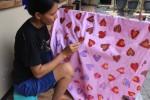 Dwi Lestari tengah membuat batik tulis motif daun di rumahnya, di Kepek, Wonosari, Gunungkidul, Kamis (6/11/2014). (David Kurniawan/JIBI/Harian Jogja)