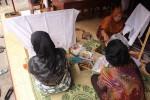 Anggota Paguyuban Batik Gendhis tengah membatik di Kepek, Wonosari, Jumat (21/11/2014). (Harian Jogja/Kusnul Isti Qomah)