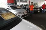 Seorang pengunjung pameran akhir tahun Nasmoco Jawa Tengah dan DIY memotret deretan mobil Toyota di Lotte Mart Wholesale, Tipes, Serengan, Solo, Jawa Tengah, Minggu (16/11/2014). Sesuai laporan reporter, acara yang bertema Toyota Seru Fantastic Price itu digelar Nasmoco Jawa Tengah dan DIY dengan memberlakukan potongan harga sekitar Rp2 juta hingga Rp42.500.000 untuk segala varian mobil Toyota yang ditampilkan pada pameran akhir tahun itu. (Septian Ade Mahendra/JIBI/Solopos)