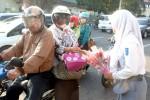 Siswi SMAN 1 Wonogiri membagikan bunga kepada pengguna jalan yang melintas di Jl. Pemuda Wonogiri dalam memperingati Hari Guru, Selasa (25/11/2014). (Trianto Hery Suryono/JIBI/Solopos)