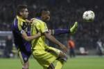 Pemain Maribor Rajcevic (Ki) duel berebut bola lawan pemain Chelsea Drogba. JIBI/Rtr/Srdjan Zivulovi