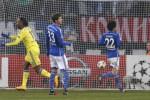 Pemain Chelsea Didier Drogba (Ki) berselebrasi seussai membuat gol ke gawang Schalke 04 di Grup G Liga Champions. JIBI/Reuters/Wolfgang Rattay