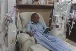 Priyatmoko, 61, warga Sardonoharjo, Ngaglik, Sleman, membaca buku sambil menjalani perawatan cuci darah di Ruang Hemodialisa, RSUD Sleman, Sabtu (22/11/2014). (Harian Jogja/Rima Sekarani I.N)
