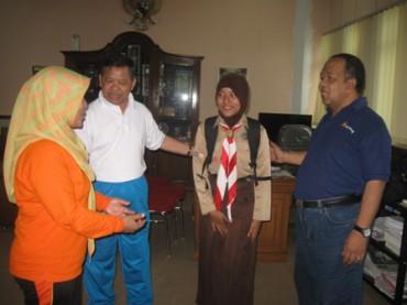 Siswi Kelas IX SMPN 1 Wonogiri, Salshabela Dyah Ajeng Violla (berseragam pramuka) bersama Kepala SMPN 1 Wonogiri, Kusman (kaus putih) berpamitan dengan Sekda Wonogiri, Suharno di ruang kerjanya sebelum berangkat ke Malaysia sebagai Duta Pramuka Indonesia, Jumat (21/11/2014). (Trianto Hery Suryono/JIBI/Solopos)