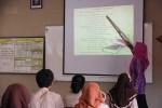 Seorang guru sedang mengajar di kelas. (Fernanda Tiyana H./Wasis XIII)