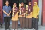 Tiga dari empat siswa SMA Al Abidin Bilingual Boarding School (ABBS) Solo yang meraih juara I dalam Olimpiade Mapel Jaringan Sekolah Islam Terpadu (JSIT) se-Jawa Tengah dan DIY berfoto bersama guru mereka di depan halaman sekolah setempat, Sabtu (1/11/2014). (Shoqib Angriawan/JIBI/Solopos)
