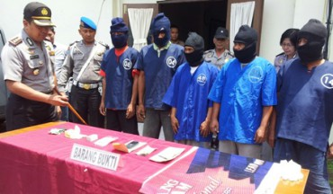 Kapolres Klaten, AKBP Langgeng Purnomo (paling kiri), menginterogasi para pejudi di Mapolres Klaten, Selasa (25/11/2014). (Ayu Abriyani K.P./JIBI/Solopos)