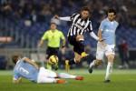 Pemain Juventus Claudio Marchisio melompati pemain Lazio Stefan De Vrij. JIBI/Rtr/Giampiero Sposito