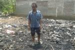 Winarto Jumadi, 49, warga Dukuh Sampang RT 021 Desa Bendo, Sukodono, Sragen, mengamati sisa-sisa dari rumahnya yang terbakar, Sabtu (15/11/2014). (Kurniawan/JIBI/Solopos)