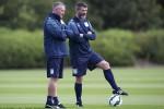 Pelatih Aston Villa Paul Lamber (Ki) dan asistennya Roy Keane melatih di lapangan. Keane kini mundur sebagai asisten pelatih Aston Villa. Ist/dailymail.co.uk