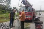 Kepala Pelaksana Harian BPBD Klaten, Sri Winoto (kiri), mengecek pemasangan empat unit lampu sorot di sejumlah cekdam di Kali Woro, Kamis (27/11/2014). Upaya itu untuk mengantisipasi adanya korban jiwa saat terjadi banjir lahar hujan. (Ayu Abriyani K.P./JIBI/Solopos)