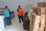 Petugas Badan Penanggulangan Bencana Daerah (BPBD) Wonogiri memeriksa perlengkapan evakuasi bencana alam di gudang logistik kantor BPBD Wonogiri, Jumat (14/11/2014). (Bony Eko Wicaksono/JIBI/Solopos)