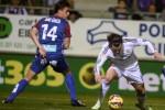 Pemain Real Madrid Gareth Bale (Ka) duel lawan pemain Eibar Dani Garcia. JIBI/Rtr/Vincent West