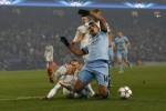 Pemain Man City Sergio Aguero dijatuhkan di kotak penalti saat lawan CSKA Moscow. JIBI/Rtr/Darren Staples