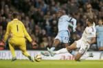 Pemain Manchester City Yaya Toure menciptakan gol ke gawang Swansea City. JIBI/Rtr/Phil Noble